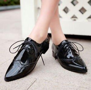 svarta läderskor med midi shift-klänning