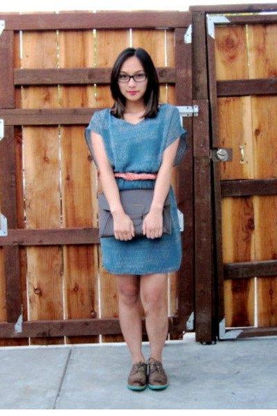 Kortärmad denimklänning med blått bälte och svarta vingtoppskor
