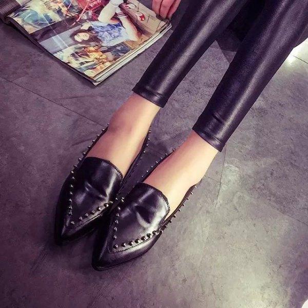 svarta leggings med matchande vingspetsskor med nitar