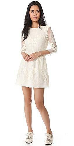 vit miniklänning med spetsiga och utsvängda spetsar och vingspetsskor