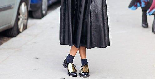 svart midi veckad läderklänning med besättningsstrumpor och guldfärgade oxfords
