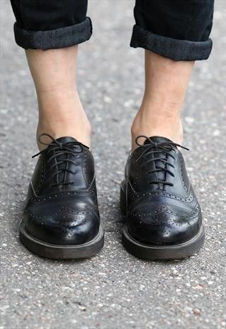 mörka skinny jeans med muddar och svarta vingtoppskor