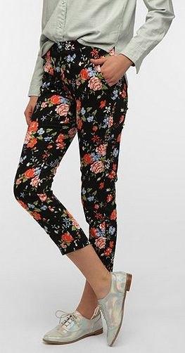 Ljusrosa linneskjorta med beskurna blommiga leggings och silvervingtips oxfords