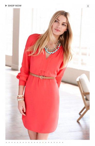 rosa långärmad midikocktailklänning med V-ringning och bälte