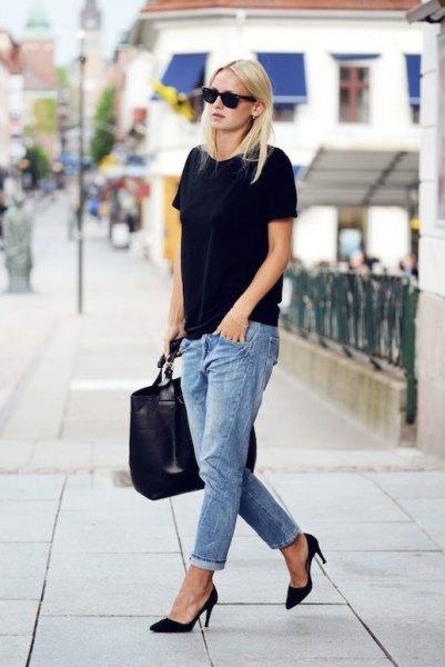 svart oversized t-shirt med ljusblå pojkvän jeans med manschett
