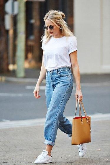vit t-shirt med ljusblå baggy pojkvän jeans