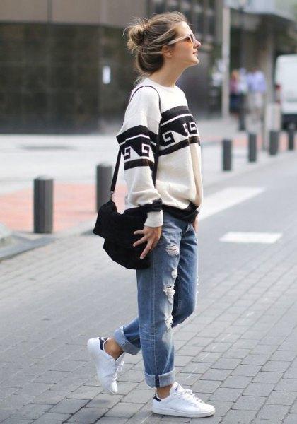grå trenchcoat med långa linjer med vit crop top och rippade baggy jeans