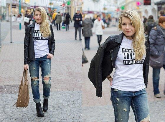 svart läderjacka med tryckt t-shirt och rippade jeans