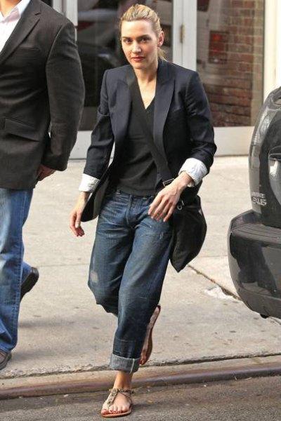 svart överdimensionerad kavaj med V-ringad t-shirt och mörka baggy jeans