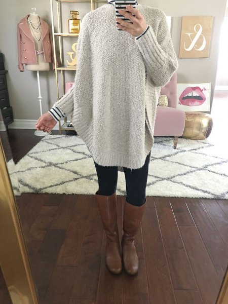 grå, tjock tröja med randig T-shirt och knähöga läderstövlar