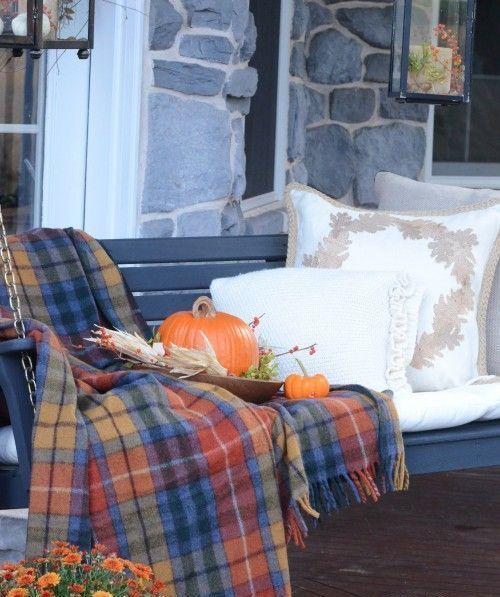 32 varma och mysiga rutiga inredningsidéer för tacksägelse    Fall veranda.