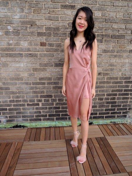 högklackad rosa sidenklänning fluffiga klackar