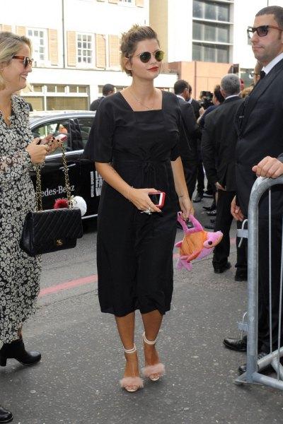 rosa flurry klackar svart midiklänning