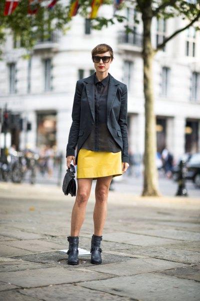 svart kavaj med gult läder minikjol och fotkängor