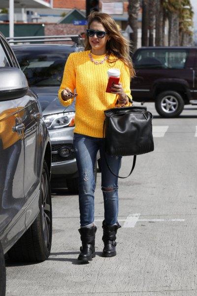 gul ribbad tröja med rund hals och svarta lädercykelstövlar
