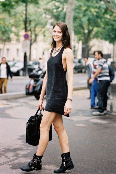 svart mini-slida klänning med scoop halsringning och biker läder stövlar