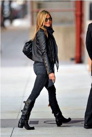 svart skinnjacka med smala jeans och knähöga moto stövlar