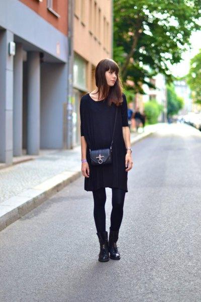 svart mini-skiftklänning med halva ärmar, strumpor och stövlar