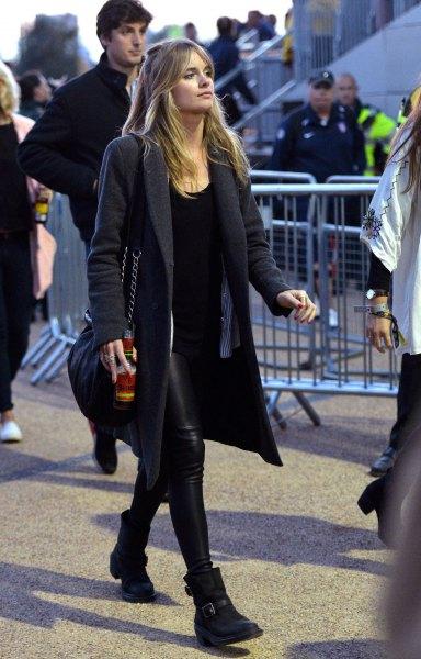 svart longline ullrock med läderbyxor och fotkängor
