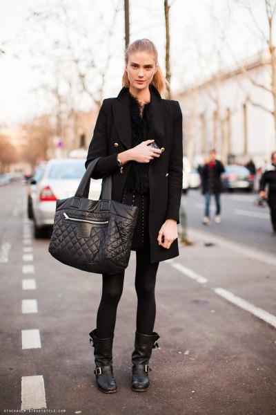 svart lång ullrock med lädermotostövlar