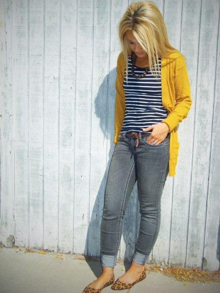 gul pulloverjacka med svartvitt randig linne
