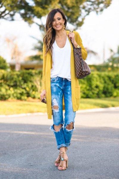 Longline senapgul kofta med blå rippade jeans