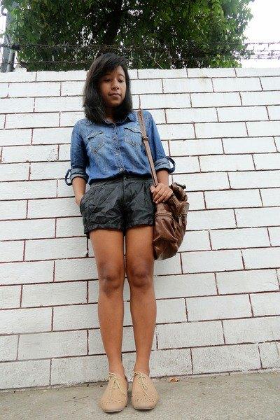 ljusblå chambray-skjorta med svarta mini-shorts
