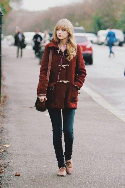 Burgund ullrock med mörkgrå skinny jeans och ljusbruna kvällskor