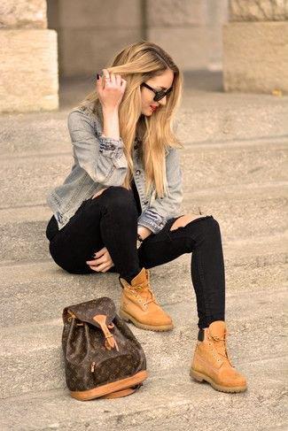 blå jeansjacka med svarta jeans och ljusbruna läderskor