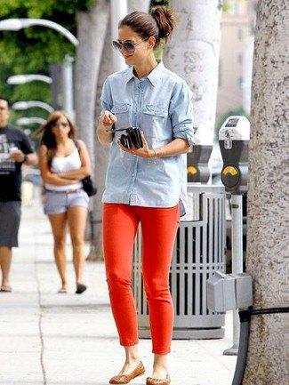 blå chambray-skjorta med röda jeans och ljusbruna tofflor