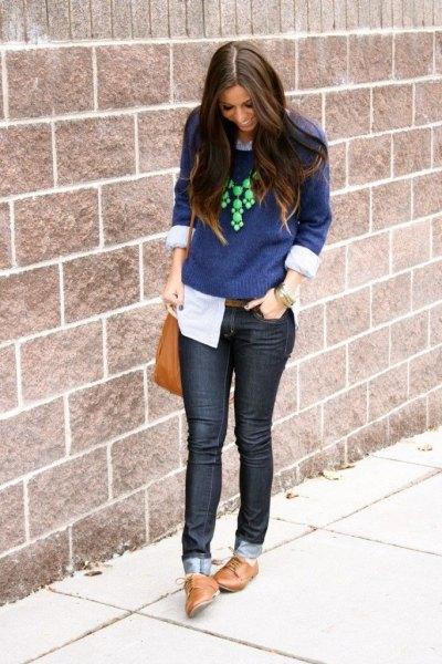 Mörkblå stickad tröja med mörka skinny jeans