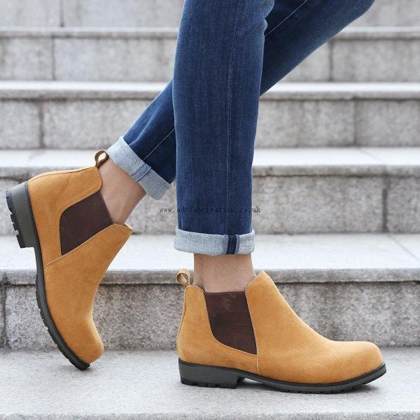 Mörkblå skinny jeans med muddar och ljusbruna mockaskor
