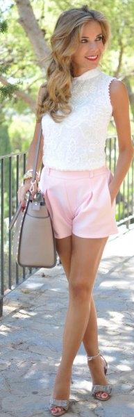 vit ärmlös spetsblus med ljusrosa shorts