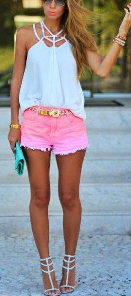vit grimma topp med rosa mini shorts