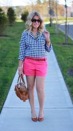 svartvit rutig skjorta med rosa shorts
