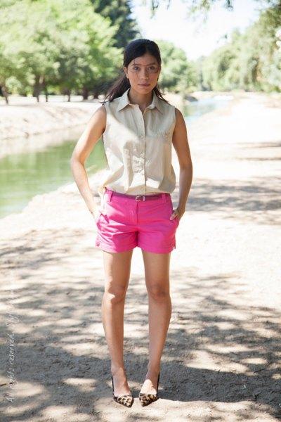 ärmlös ärmlös skjorta med knappar och rosa mini-shorts