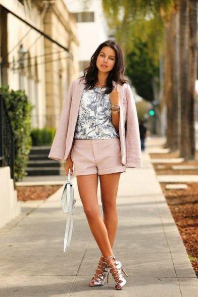Ljusrosa shorts med matchande kavaj och vit tryckt topp