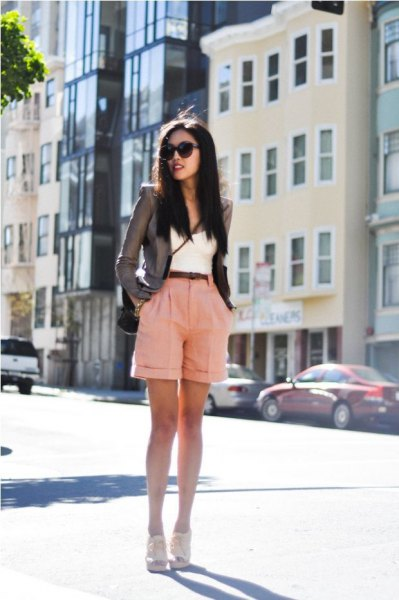 grå, skräddarsydd kavaj med rosa shorts med muddar