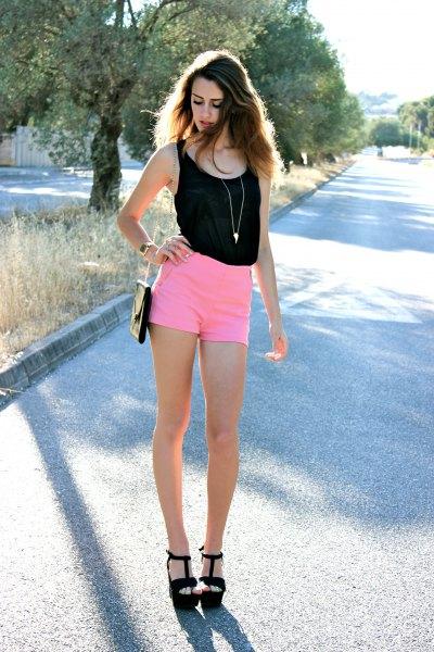 svart väst topp med mini shorts med hög midja och svarta sandaler
