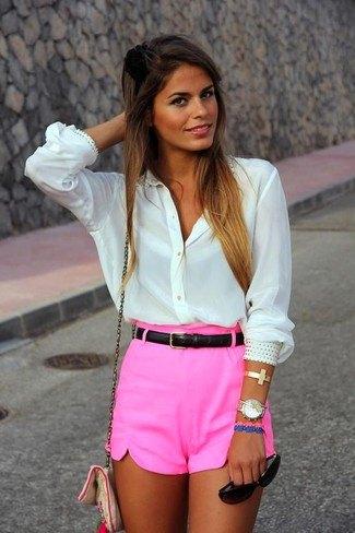 chockerande rosa mini-shorts med vit skjorta med knappar