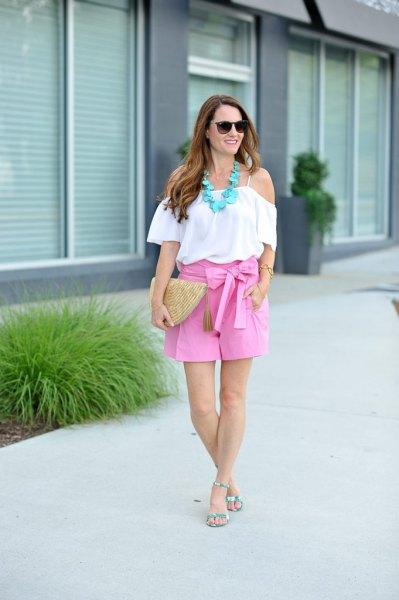 vit ruffleblus utan axel med flytande shorts med rosa rosett