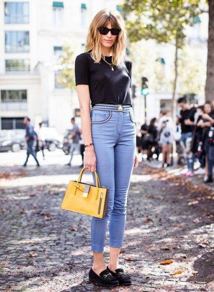 svart t-shirt med ljusblå skinny jeans med hög midja