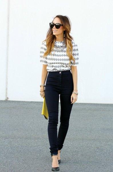 grå och vit tryckt blus med halva ärmar och svarta jeans med hög midja