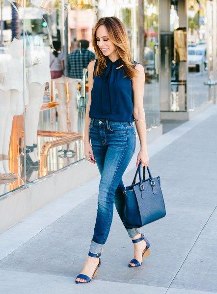 Ärmlös skjorta i marinblå med knappar och blå smala jeans med hög midja