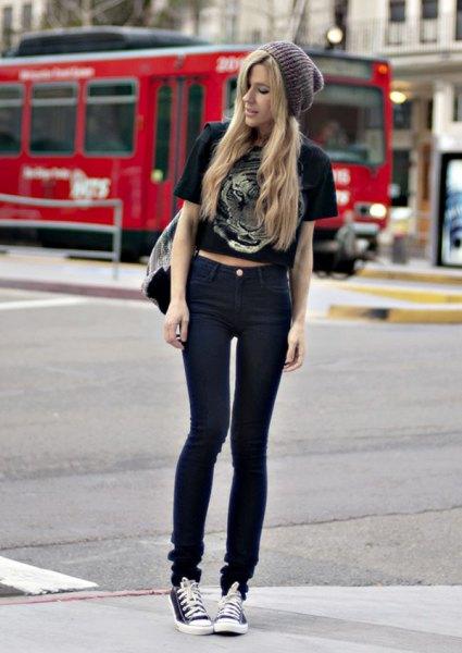 svart kortärmad, beskuren T-shirt med smala jeans