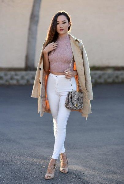 grå, figurkramande, beskuren tröja med vita skinny jeans
