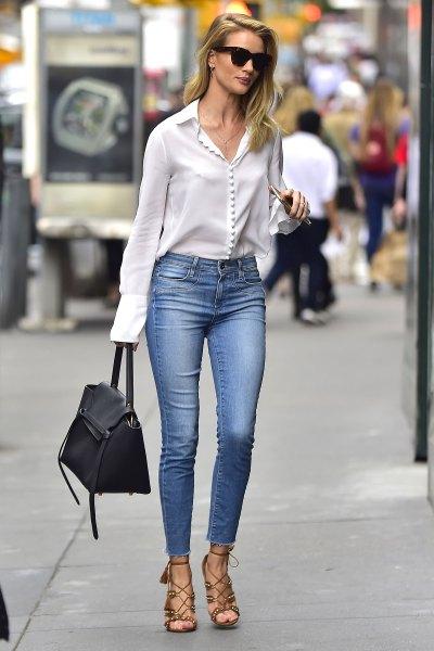vit sidenblus med knappar och ljusblå skinny jeans