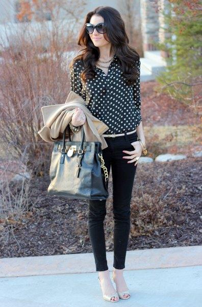 svart och vit prickig blus med smala jeans