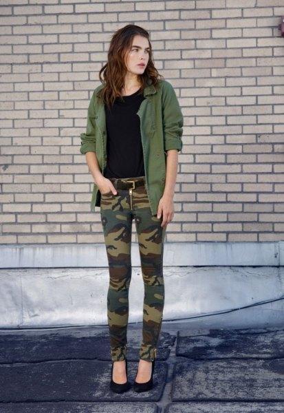 armégrön militärjacka kamouflagebyxor
