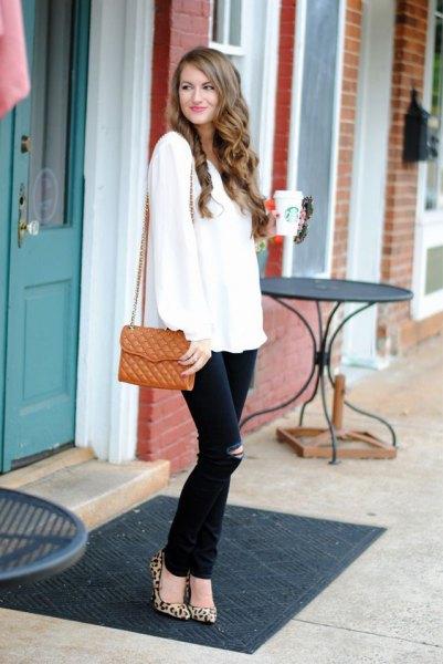 vit tröja med svarta jeans och leopardklackar